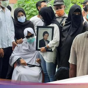 The Cries of the Family Accompanying the Funeral of Rinaldi, the Mutilation Victim in Kalibata City