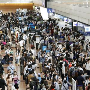 Haneda Airport and the Security Checkpoint are full of flights in a long line of nearly 50 meters. The first day of the four consecutive holidays is the highest since the state of emergency was declared in April (Kotaro Toriumi) --Yahoo! News
