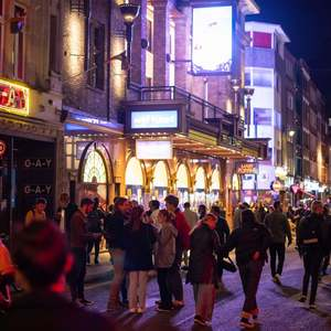 10pm pub curfew send more crowds onto streets - follow live